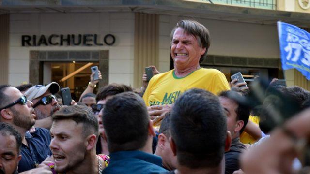 O candidato Jair Bolsonaro após golpe com faca
