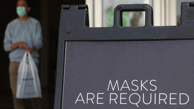 """Mensaje que dice """"se requieren mascarillas""""."""