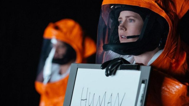 艾米·亚当斯扮演由美国军队派出的语言学家,前去解密降临在地球上的神秘外星生物的语言