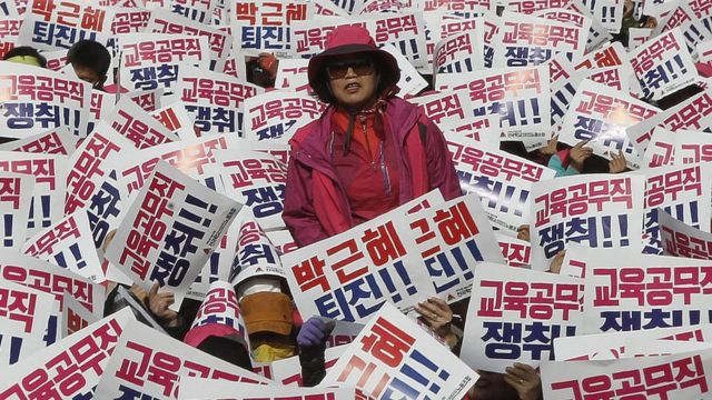 Massa yang menghadiri aksi protes untuk menuntut mundurnya Presiden Korea Selatan Park Geun-hye untuk mundur, di Seoul, Korea Selatan, 12 November 2016.