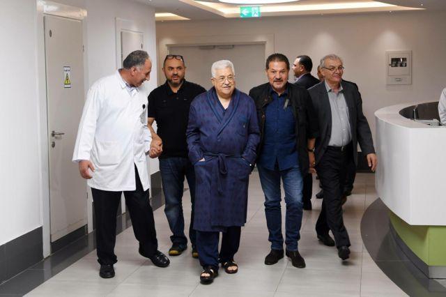الرئيس الفلسطيني يتجول في أنحاء المستشفى