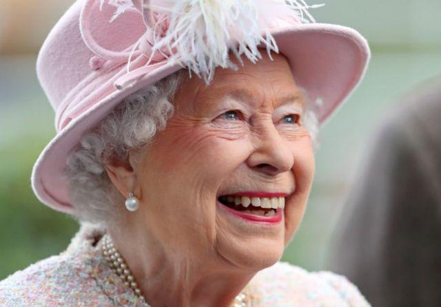 Королева на скачках в Аскоте.