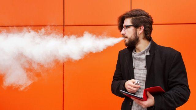 Hombre exhalando vapor