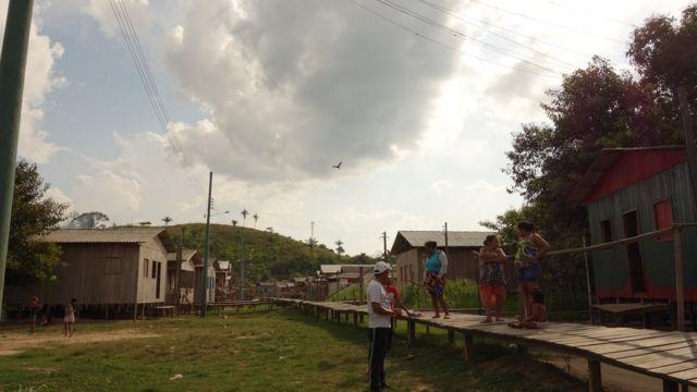 Pessoas usam passarelas em bairro da cidade de Itamarati para evitar cheias
