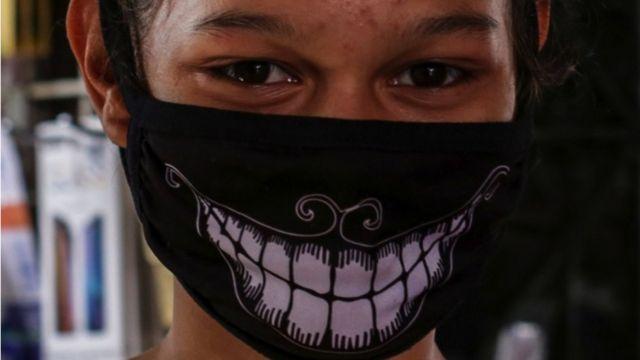 Joven nicaraguense con mascarilla