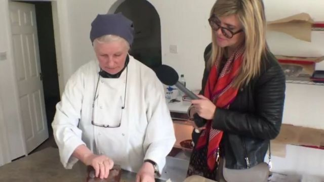 Monja haciendo chocolates
