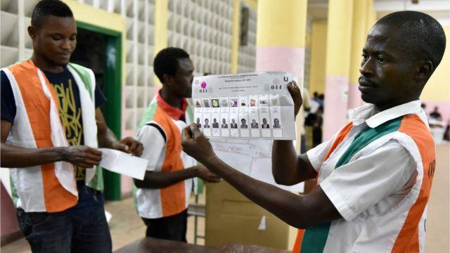 Plus de 1300 candidats briguaient les 255 sièges de l'assemblée nationale, mais ils ont apparemment eu du mal à convaincre les électeurs.