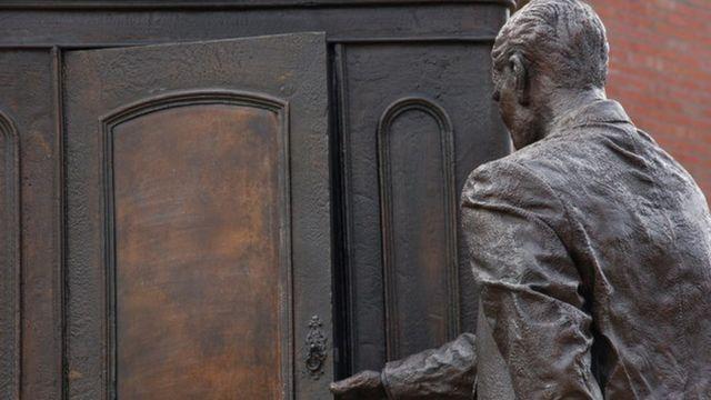 Памятник Льюису в Белфасте