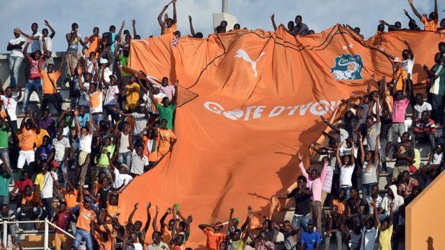 Abafana b'umurwi nserukiragihugu wa Cote d' Ivoire berekanye umupira wa mayo mu majonjora ya CAN 2017, aho urukino ruhuza Coted 'Ivoire na Gabon ku kibuga ca Bouake . / AFP PHOTO / ISSOUF SANOGOISSOUF SANOGO/AFP/Getty Images