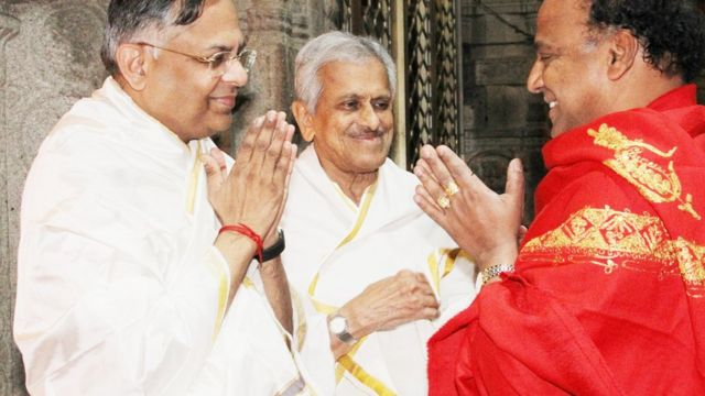 டாடா சான்ஸ் குழும தலைவர் சந்திரசேகரன் (இடது)