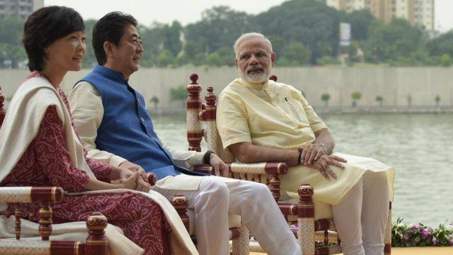 साबरमती आश्रम में नरेंद्र मोदी के साथ जापानी PM और उनकी पत्नी
