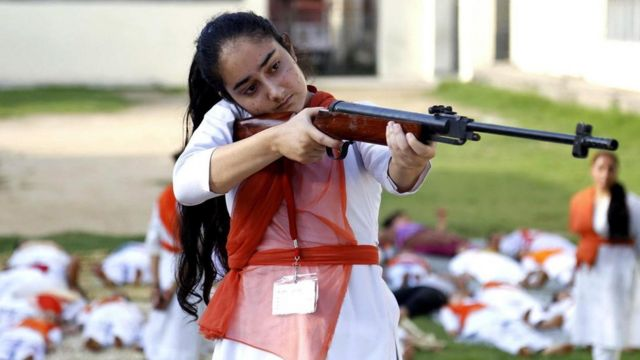 在印度,有一些女性正在学射击和防身术来自卫——但是关于枪是否能够真正保证人们的安全仍充满争议。