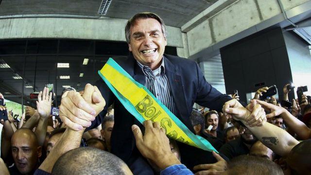 Jari Bolsonaro é erguido por apoiadores
