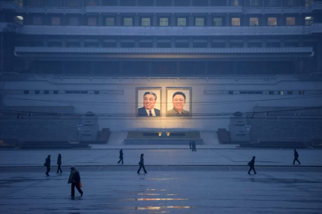 Портреты Ким Ир Сена и Ким Чен Ира на площади Ким Ир Сена в Пхеньяне