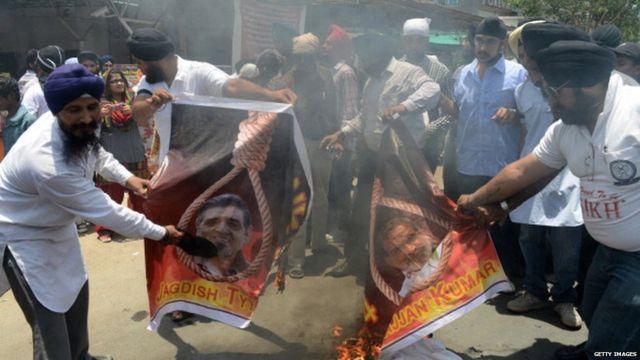 కాంగ్రెస్ నాయకులు సజ్జన్ కుమార్, జగదీశ్ టైట్లర్ ఫొటోలను తగలబెడుతున్న సిక్కులు