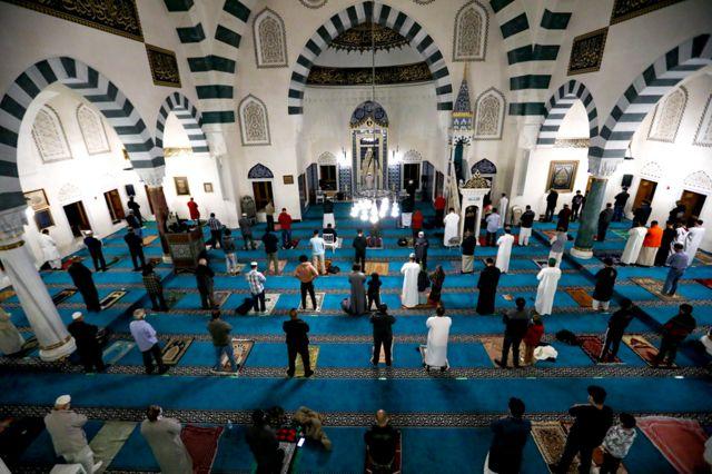 مصلون في مسجد