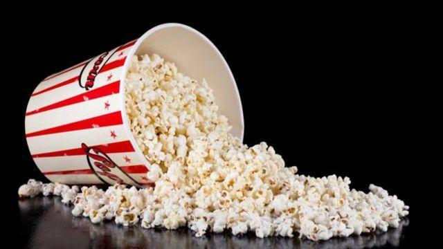 Gói bỏng ngô lớn để ăn khi xem phim (khoảng 250g) có thể có khoảng 5g muối - gần bằng lượng muối cần trong một ngày, theo những hướng dẫn về sức khỏe