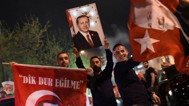 أنصار أردوغان يحتفلون بنتيجة الاستفتاء