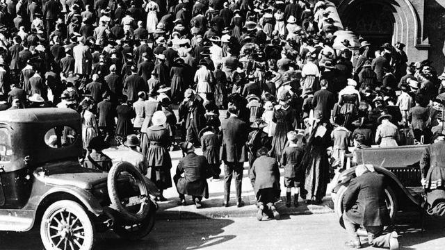 1918年,人群在舊金山的一座教堂附近聚集。