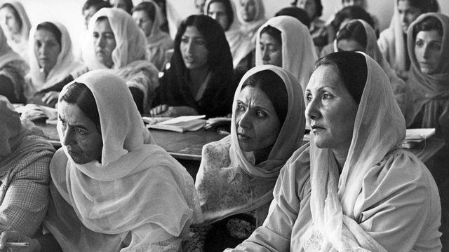 Mujeres afganas en un colegio en Kabul durante el gobierno comunista en los 1980.