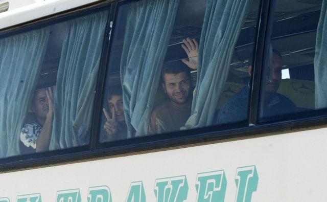 أرشيف: وصول مجموعة من اللاجئين الفلسطينيين عبر التنف على الحدود الأردنية السورية، من بغداد بعد أن أغلقت الأردن حدودها في مايو/أيار 2006، والذين تم نقلهم لاحقا إلى مخيم أبو الهول