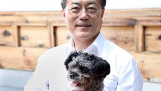 ประธานาธิบดีมุน อุ้มสุนัขหมายเลข 1 ตัวใหม่