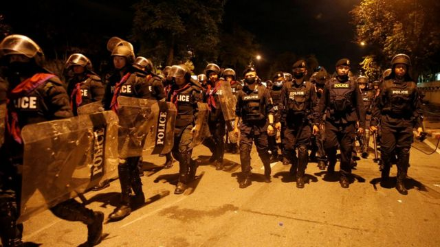 周四,安全部队出动驱散示威者。