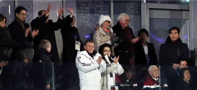 9일 평창올림픽스타디움에서 남북공동입장을 지켜보는 한국, 북한, 미국, 일본 지도자들. 반응이 사뭇 다르다