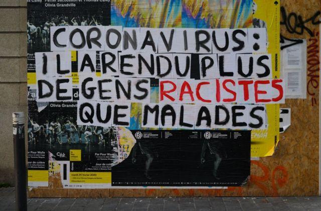 """Надпись """"Коронавирус: от него больше людей стали расистами, чем больными"""" на стене во французском городе Нант"""