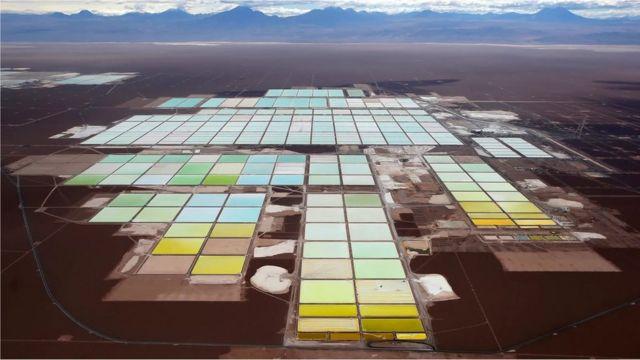 Un campo de extracción de litio