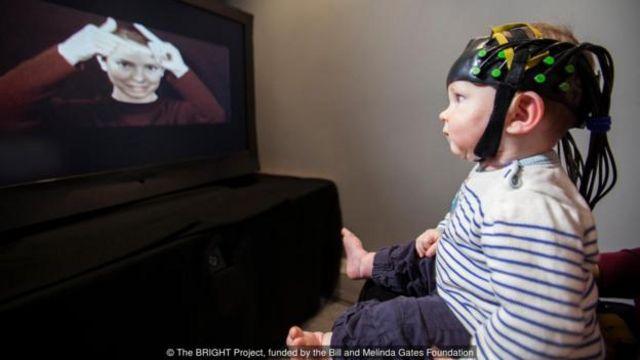 Cái mũ trông như ở thời tương lai này cho phép các nhà khoa học nhìn vào bộ não của trẻ sơ sinh để xem cách nó xử lý cuộc gặp với người khác