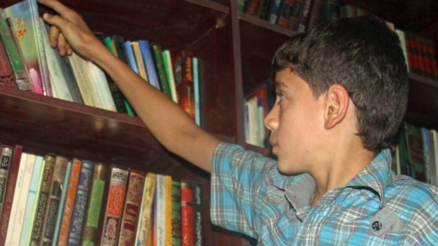 Amjad en la biblioteca