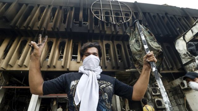 تشهد محافظة البصرة مظاهرات منذ أسابيع بسبب تردي الأوضاع المعيشية وحالة تسمم مياه الشرب