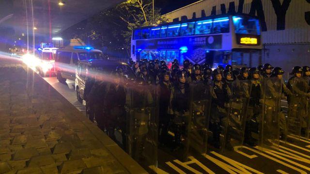 防暴警察抵达中联办。
