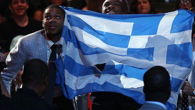 NBA'e seçildikten sonra Giannis mutluluğunu Yunan bayrağı açarak kutlamş ancak bu hareketine ırkçı Altın Şafak üyelerinden tepkiler gelmişti.