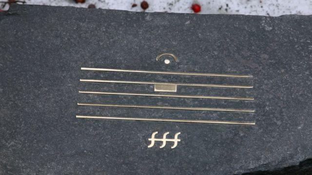 Надгробный камень Альфреда Шнитке с нотным знаком бесконечной паузы