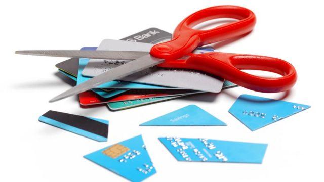 Ciseaux et des cartes de crédit finances : voici des recommandations d'un expert pour sortir de l'endettement et améliorer vos finances en 2021 -  116098003 gettyimages 1180194341 - Finances : voici des recommandations d'un expert pour sortir de l'endettement et améliorer vos finances en 2021