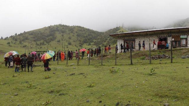 امدادگران برای واکسن زدن در مناطق دورافتاده مجبور به ساعتها پیاده روی شدند