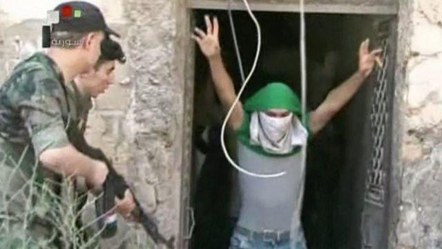 La televisión estatal siria mostró imágenes de supuestos rebeldes entregándose a las fuerzas del gobierno.