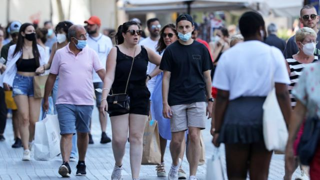 Turistas caminando en Barcelona.