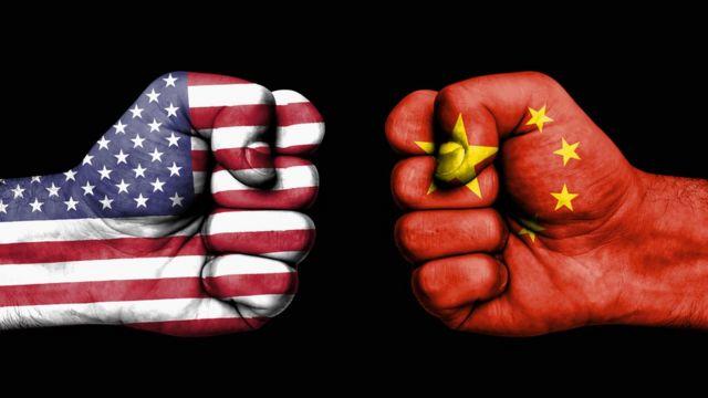قبضتان مرسوم عليها علما الصين والولايات المتحدة الأمريكية