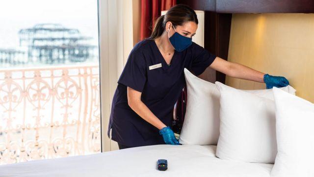 Zusanna Gulierrez otel odasını temizliyor.