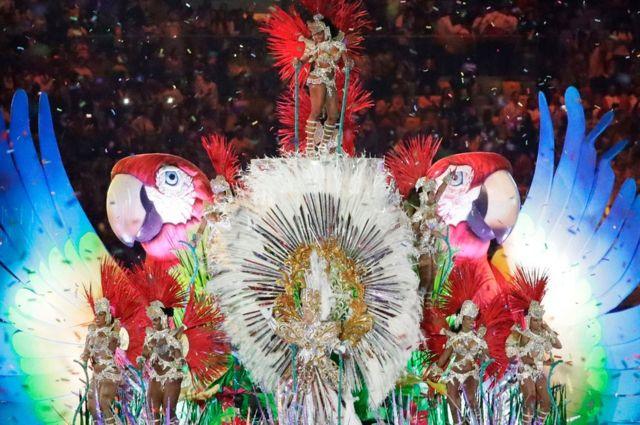Coche decorado de una escuela de samba en el Maracaná.
