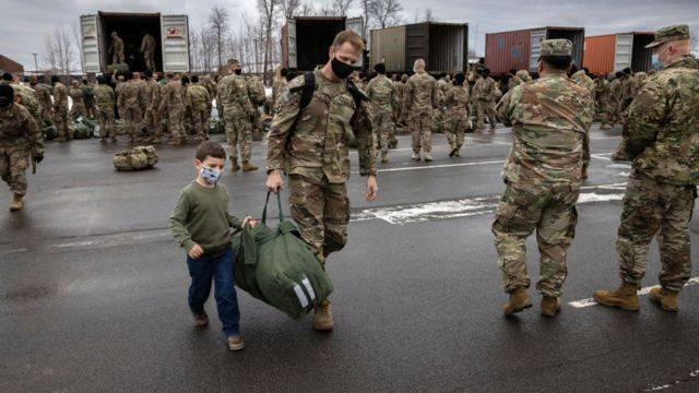 نیروهای آمریکایی درحال بازگشت از افغانستان که وارد آمریکا شده اند