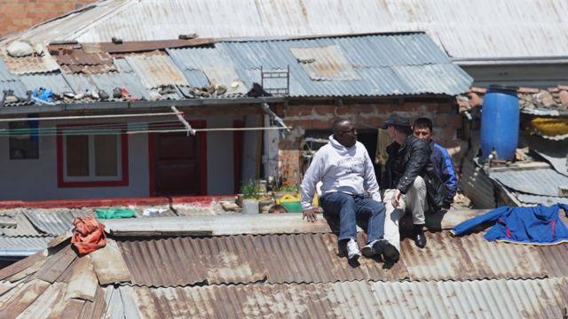 Thomas McFadden y Rusty Young en el techo de la prisión durante la filmación de su documental.