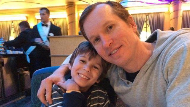 Chad Andrews con su hijo, Connor.