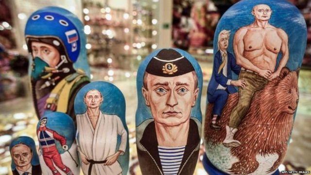 रशियन राष्ट्राध्यक्षांचे व्यंगचित्र असलेल्या वस्तू