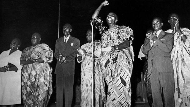 Sylvanus Olympio, premier président du Togo, en pagne, le poing en élevé, proclamant l'indépendance du Togo