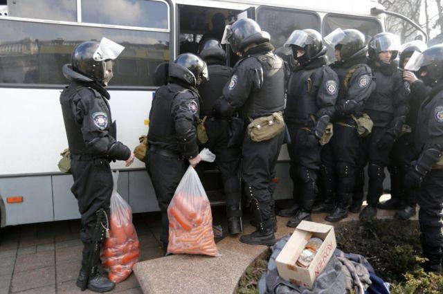 правоохоронці залишають Київ