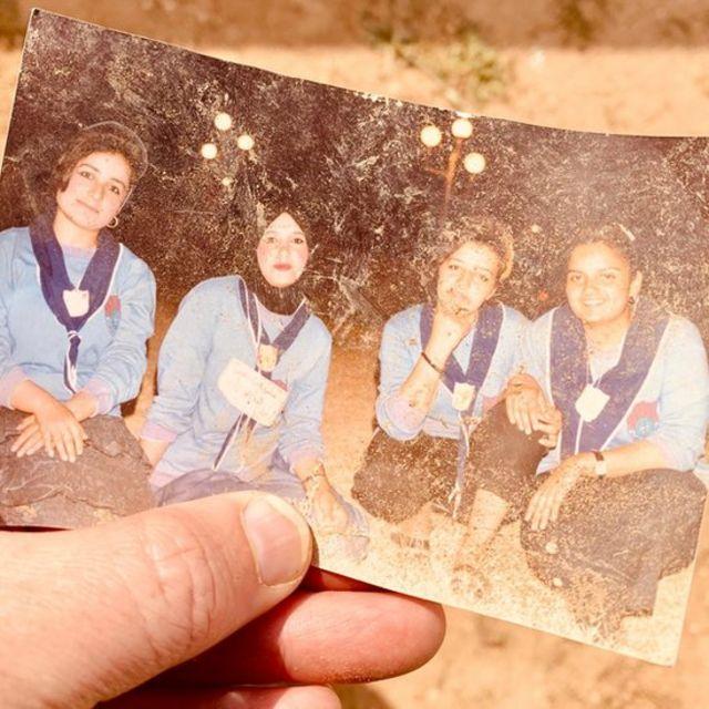 Eşyalar arasında bir de izci genç kızların fotoğrafı var.